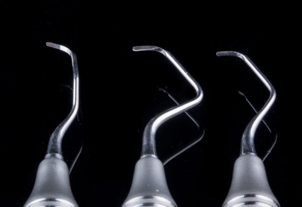 Instrumental de Examen Raspaje, Curetaje, Decolado para tratamiento quirúrgico del sangrado de las encías